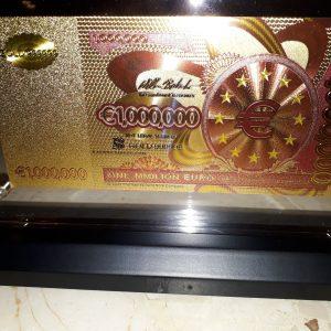 5a2c1adfdad8b-arany-1000000-euro-unc-bankjegy-exkluziv-bankjegyveret-luxus-ajandek-asztal-vitrin-disz