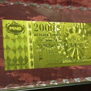 5abfe96dd4dfb-a-magyar-koronaval-exkluziv-ritka-2000-forint-arany-bankjegyunc-ft-bankjegyveretluxus-asztal-disz
